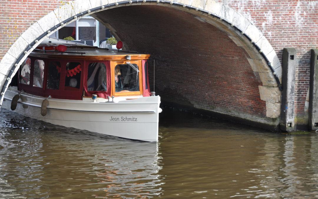 Salonboot Jean Schmitz in de grachten van Amsterdam tijdens een rondvaart.